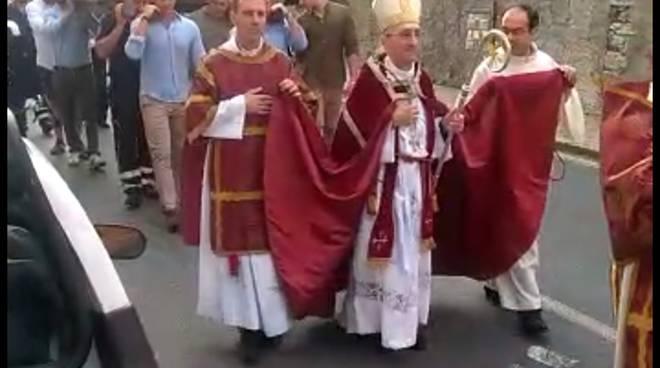Monsignor Guglielmo Borghetti guida la processione a Pontedassio