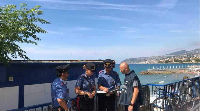 Riviera24- controlli lidi carabinieri