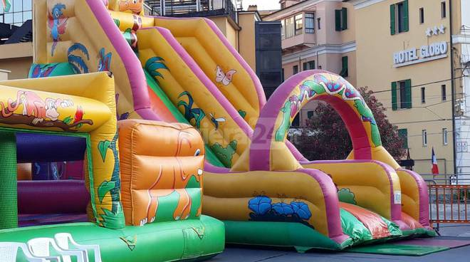 Riviera24- gonfiabili piazza colombo
