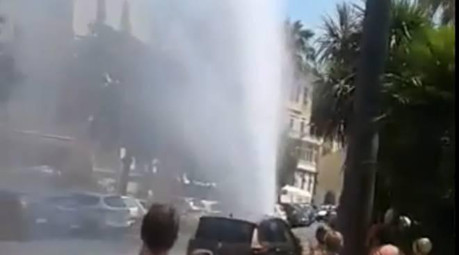 riviera24 - Imperia, rottura dell'acquedotto crea spettacolare geyser
