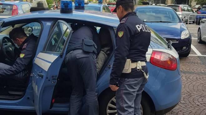 Riviera24- polizia di frontiera e auto rubata