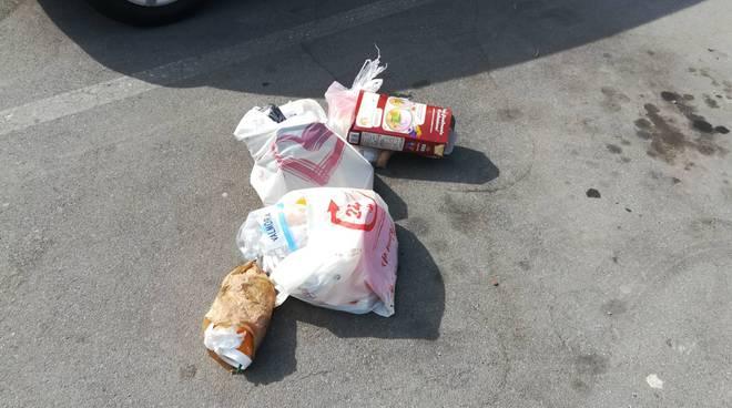 Riviera24- spazzatura parcheggio in via dei Giacinti