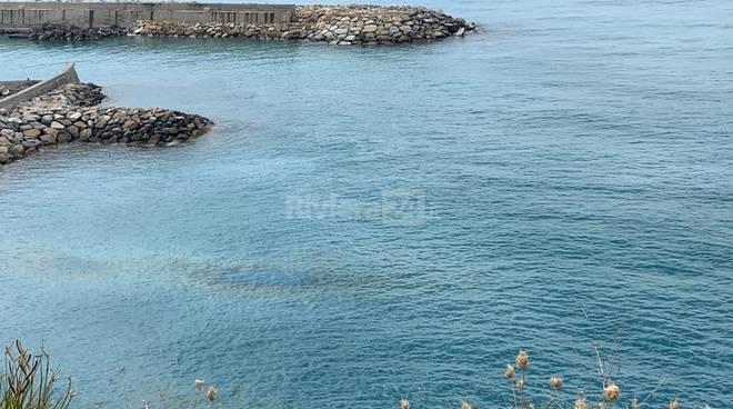 Ventimiglia, chiazza oleosa si disperde in mare dal porto degli Scoglietti