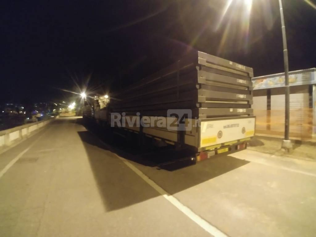 Arrivo camion prefabbricati Pascoli