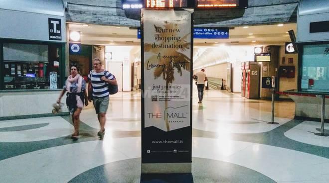 Cartello The Mall stazione