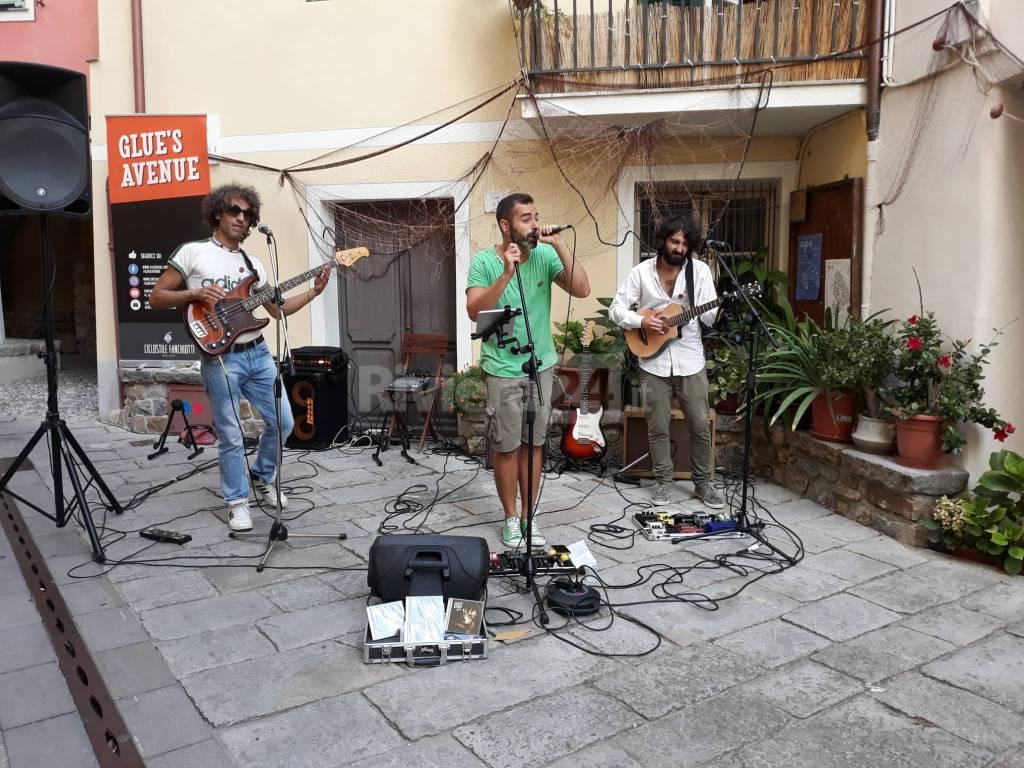 riviera24- Trio acustico 'Glue's Avenue'
