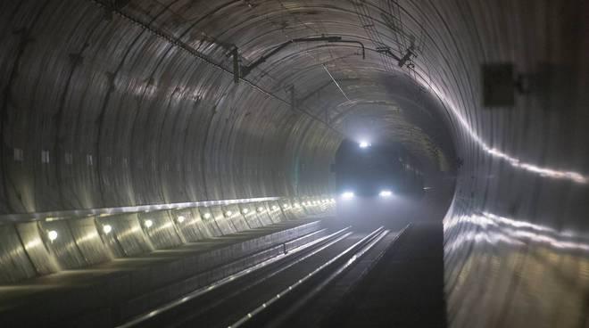 riviera24 - treno fermo galleria tunnel