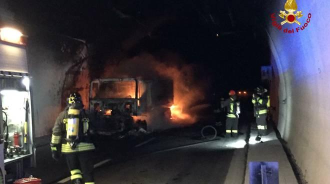 riviera24 - Tir a fuoco in galleria sulla A10