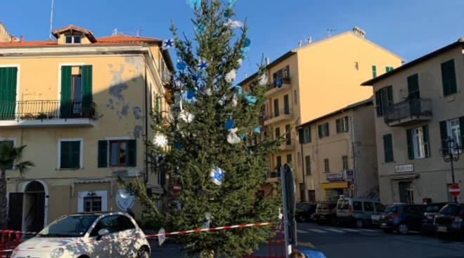 riviera24 -  Sestiere Marina addobba l'albero di Natale