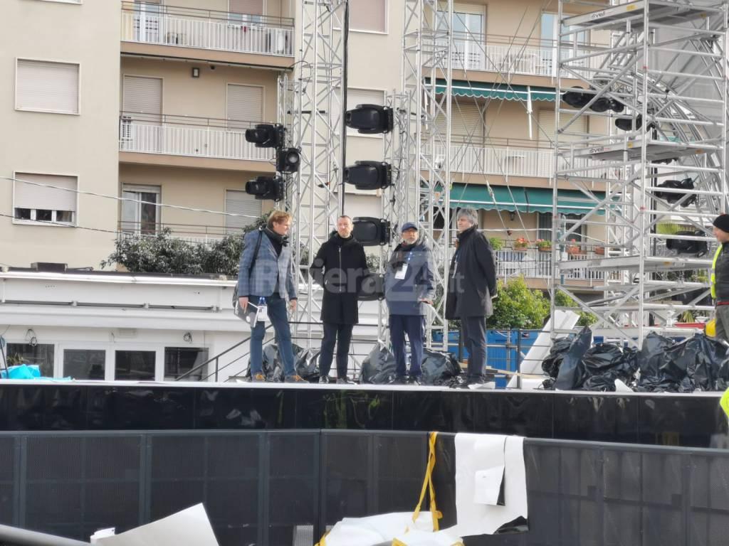 Amadeus visita il palco di piazza Colombo e scatta selfie in via Matteotti