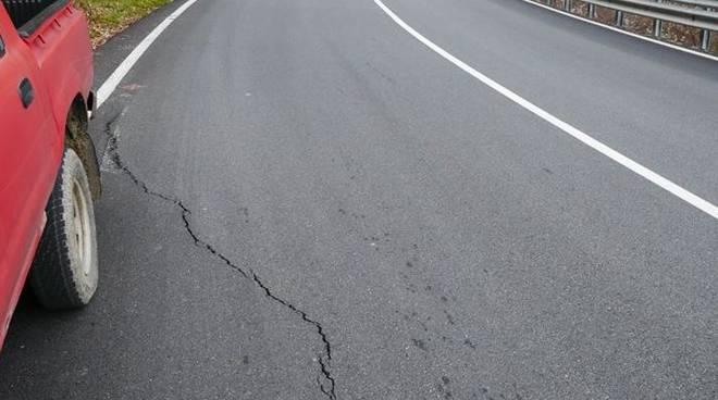pericolo frana strada statale 28 e per Ottano