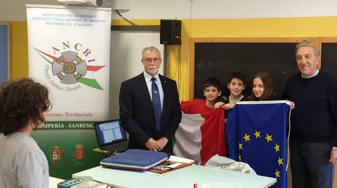 """riviera24 - Ancri consegna bandiera italiana a scuole medie """"Andrea Doria"""""""