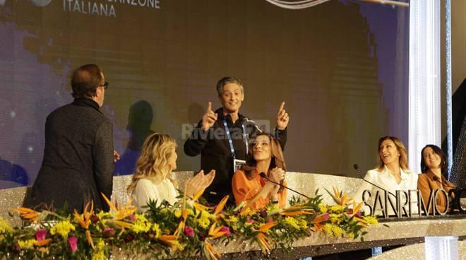Fiorello irrompe in conferenza stampa e annuncia un inedito