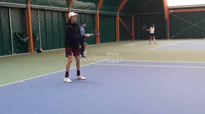 riviera24 - Fiorello gioca a tennis con Sinner