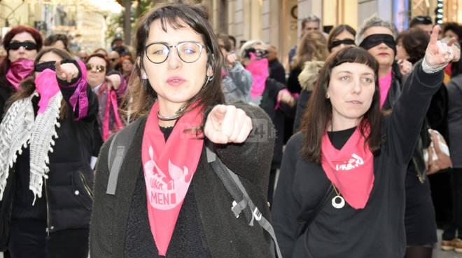 """riviera24 - flash mob di """"Non una di meno"""""""