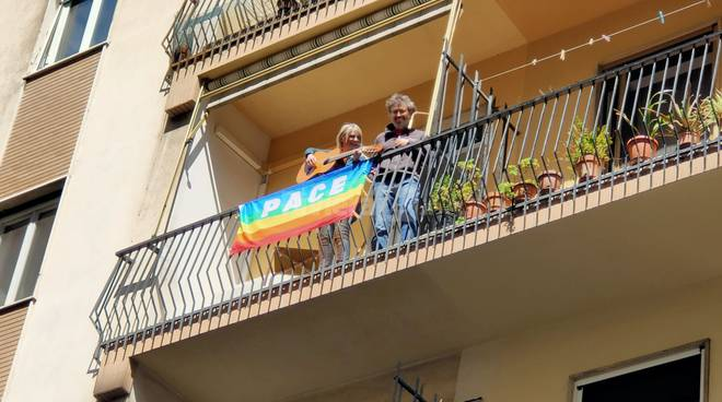 """25 Aprile, Oneglia canta """"Bella Ciao"""" dai balconi"""