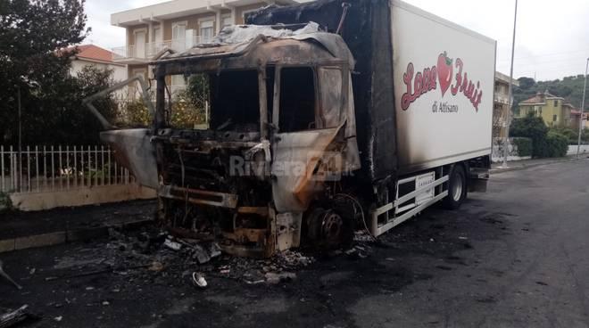 camion bruciato diano marina