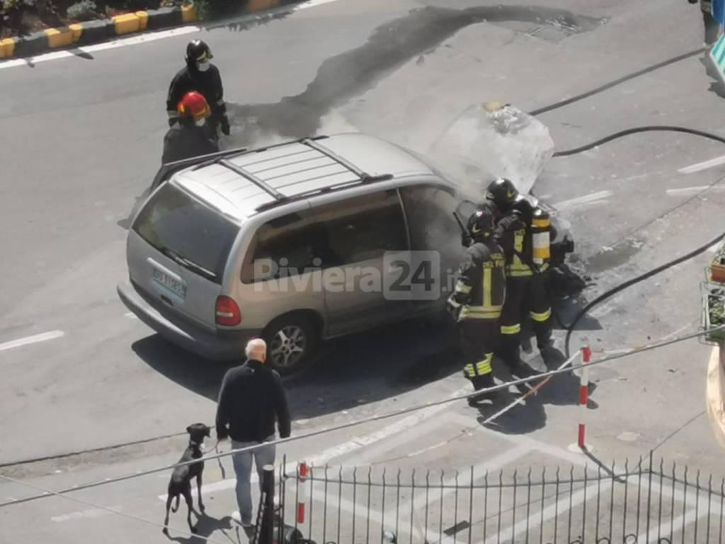 Sanremo, a fuoco un'auto all'uscita dell'Aurelia bis. Intervento dei vigili del fuoco