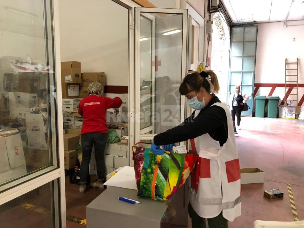Coronavirus, distribuzione di generi alimentari Croce Rossa