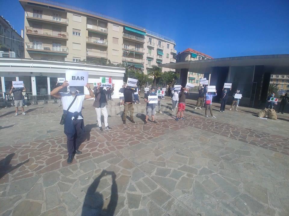 Riviera24- protesta piazza Colombo sanremo