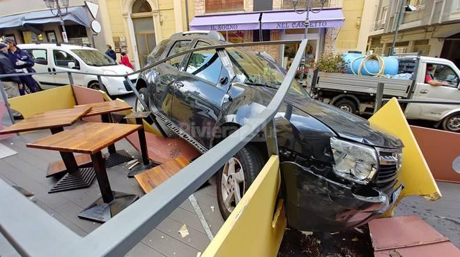 Sanremo, con il fuoristrada distrugge dehor di un locale