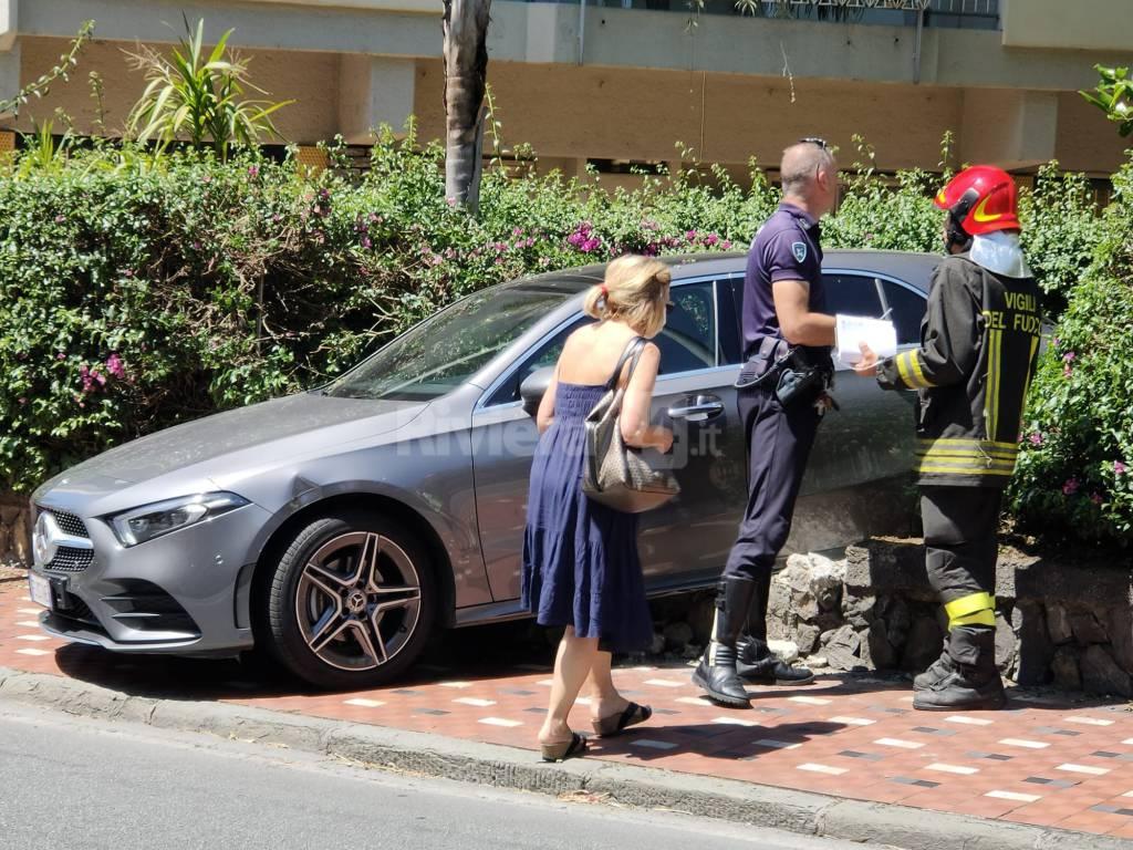Bordighera, con l'auto dentro la siepe. Incidente in via Tumiati