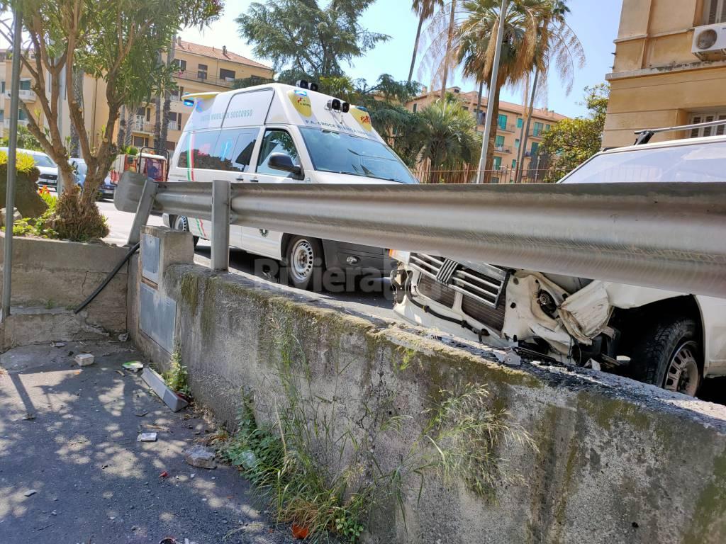 Imperia, auto contro un muro in via Gavi