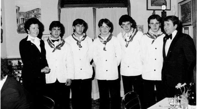allievi dell'alberghiero di Taggia incaricati del servizio cena Pertini Imperia 1980