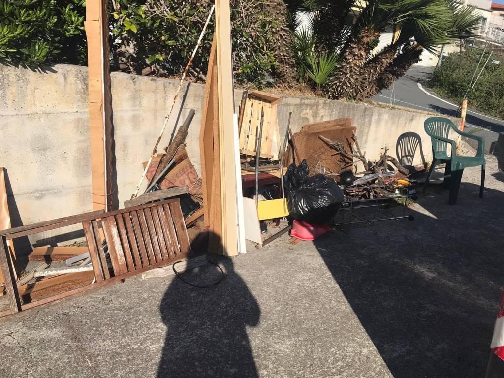 riviera24 - rifiuti ingombranti abbandonati