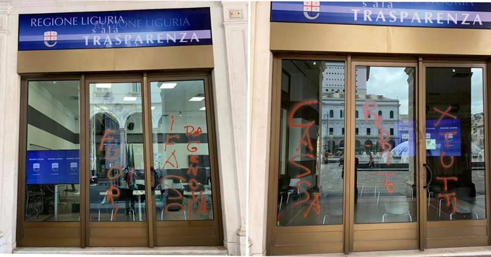 Scritte sui vetri del palazzo della Regione Liguria