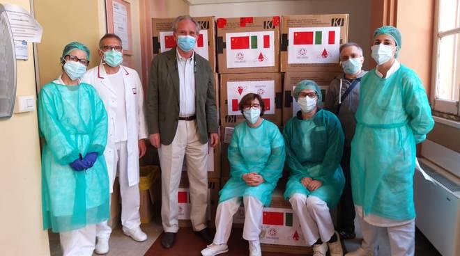 Università di Pechino dona mascherine