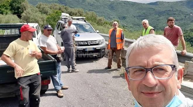 Valle Impero, volontari provvedono allo sfalcio lungo la Provinciale