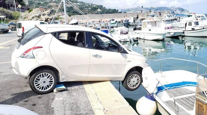 auto rischia di finire in mare