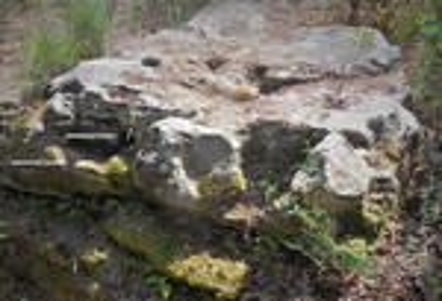 Roccia Altare Sacrificale con vaschetta e colatoio per il sangue