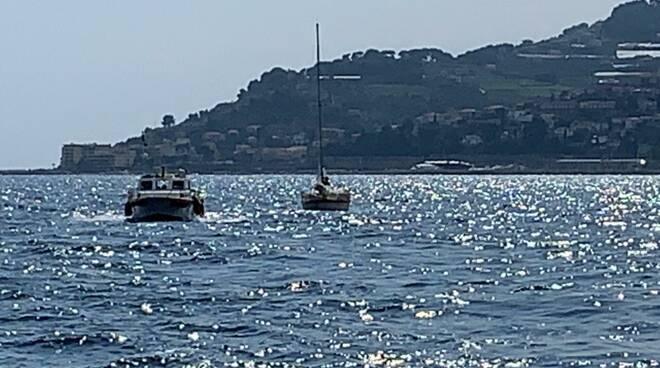 salvataggio barca guardia costiera imperia