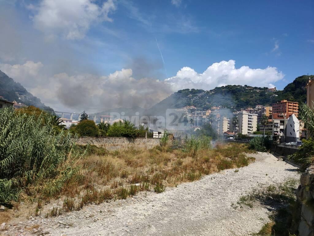 Incendio distrugge capanno Via Roma Vallecrosia