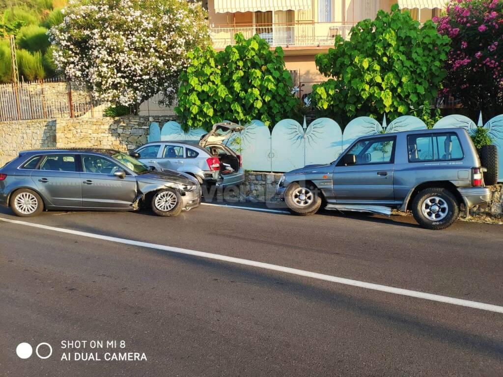 riviera24 - Bordighera, si schianta contro le auto parcheggiate