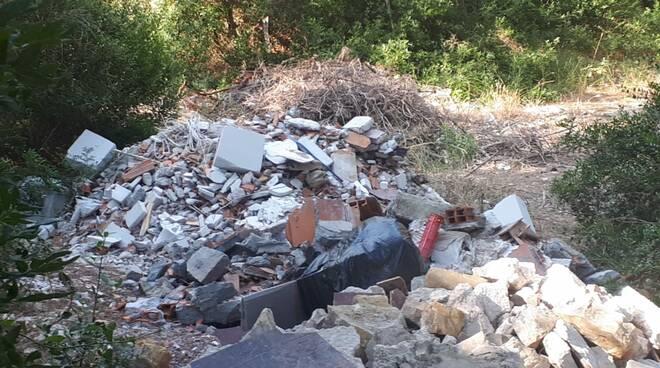 riviera24 - Discarica abusiva in via  Bellamadre
