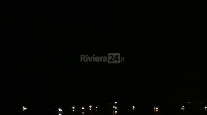 riviera24 - Fiaccolata sul mare