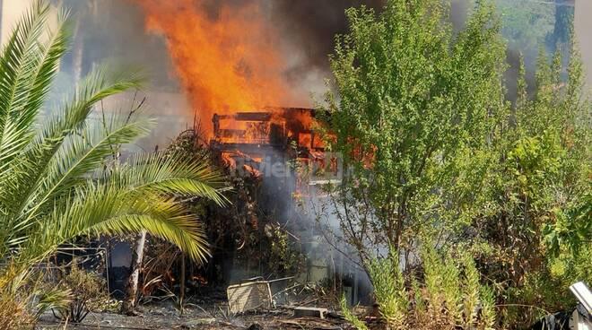 Vallecrosia, in fiamme baracca a pochi passi dal torrente Verbone