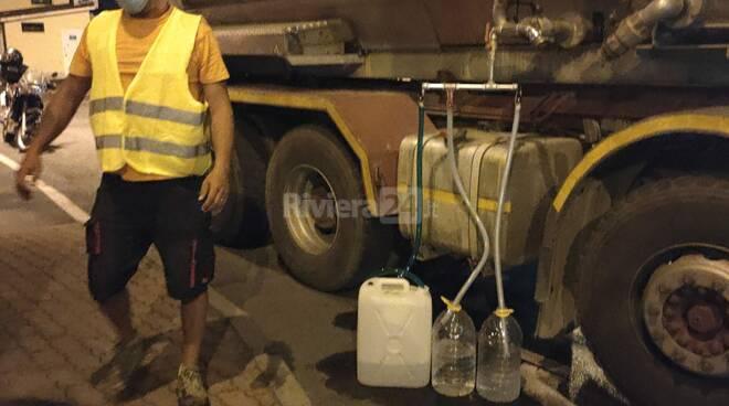 Autobotte distribuisce acqua a Caramagna