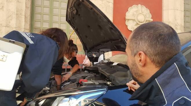 Imperia, gatto incastrato nel motore di un'auto salvato dai vigili urbani