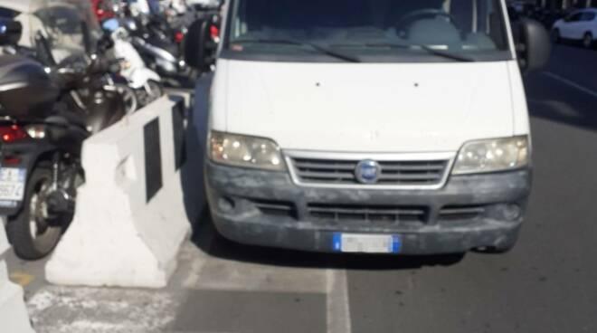 riviera24 - Parcheggio selvaggio in piazza Eroi Sanremesi