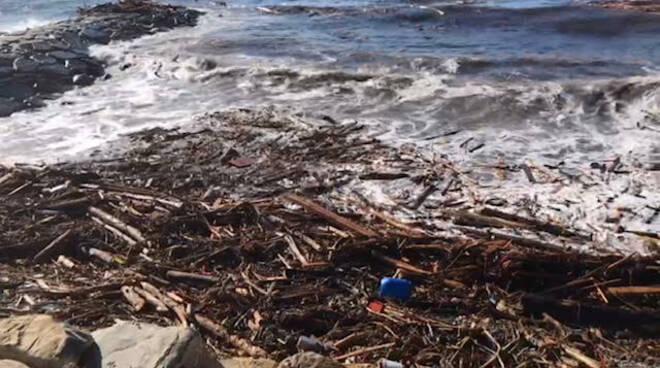 san lorenzo al mare detriti sulle spiagge