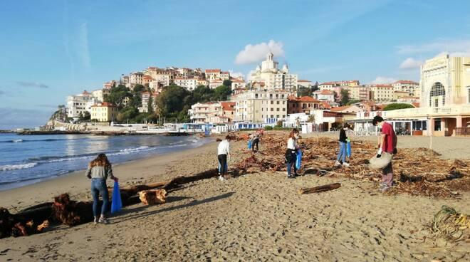 studenti del Vieusseux ripuliscono la spiaggia d'oro