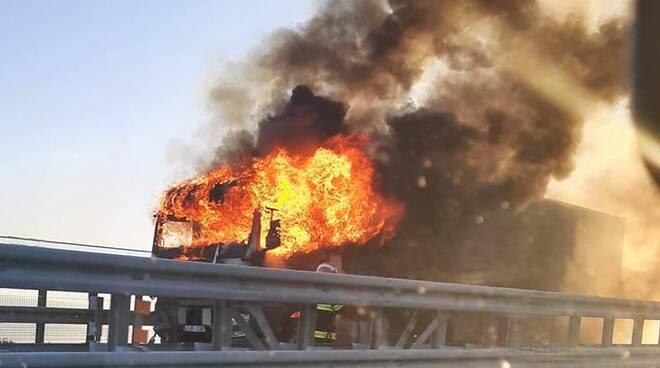 riviera24 - incendio camion autostrada