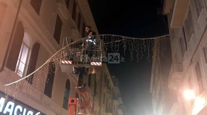 riviera24 - montaggio luminarie natalizie sanremo 2020