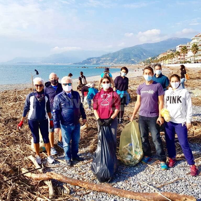 Ventimiglia, i volontari tornano a pulire la spiaggia