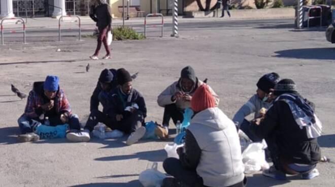 riviera24 - migranti pasti