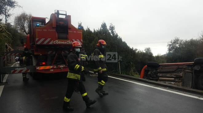 Imperia, auto fuoristrada in via Diano Calderina: conducente illesa
